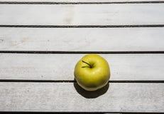 Apple στο εκλεκτής ποιότητας υπόβαθρο Στοκ Φωτογραφίες