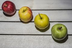 Apple στο εκλεκτής ποιότητας υπόβαθρο Στοκ εικόνες με δικαίωμα ελεύθερης χρήσης