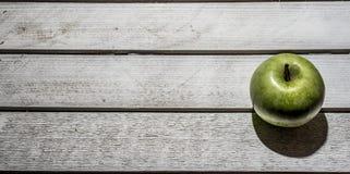 Apple στο εκλεκτής ποιότητας υπόβαθρο Στοκ φωτογραφίες με δικαίωμα ελεύθερης χρήσης