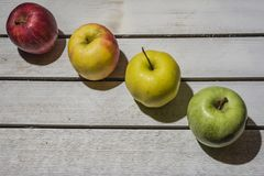 Apple στο εκλεκτής ποιότητας υπόβαθρο Στοκ εικόνα με δικαίωμα ελεύθερης χρήσης