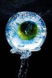 Apple στο ενυδρείο με τους παφλασμούς νερού Στοκ εικόνες με δικαίωμα ελεύθερης χρήσης