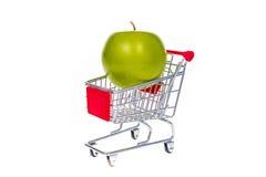Apple στο κάρρο αγορών που απομονώνεται στο άσπρο υπόβαθρο Στοκ φωτογραφία με δικαίωμα ελεύθερης χρήσης