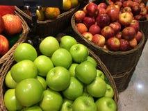 Apple στο καλάθι φρούτων Στοκ φωτογραφίες με δικαίωμα ελεύθερης χρήσης