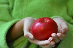 Apple στο κορίτσι χεριών Στοκ Εικόνες