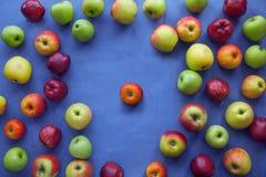 Apple στο μπλε υπόβαθρο Στοκ Εικόνα