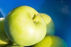 Apple στο μπλε Στοκ φωτογραφία με δικαίωμα ελεύθερης χρήσης