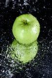 Apple στο νερό με την αντανάκλαση στο Μαύρο με το διάστημα αντιγράφων Στοκ εικόνα με δικαίωμα ελεύθερης χρήσης