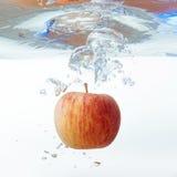 Apple στο νερό σε ένα άσπρο υπόβαθρο Στοκ φωτογραφίες με δικαίωμα ελεύθερης χρήσης