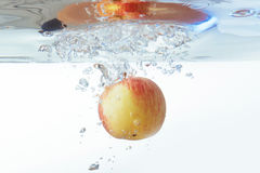 Apple στο νερό σε ένα άσπρο υπόβαθρο Στοκ Εικόνες