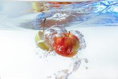 Apple στο νερό σε ένα άσπρο υπόβαθρο Στοκ φωτογραφία με δικαίωμα ελεύθερης χρήσης