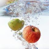 Apple στο νερό σε ένα άσπρο υπόβαθρο Στοκ εικόνες με δικαίωμα ελεύθερης χρήσης
