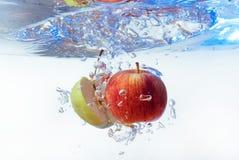 Apple στο νερό σε ένα άσπρο υπόβαθρο Στοκ Φωτογραφία