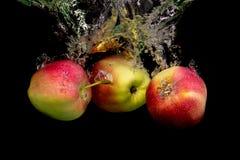 Apple στο νερό σε ένα μαύρο υπόβαθρο Στοκ εικόνες με δικαίωμα ελεύθερης χρήσης