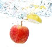 Apple στο νερό Στοκ εικόνες με δικαίωμα ελεύθερης χρήσης