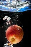 Apple στο νερό Στοκ φωτογραφίες με δικαίωμα ελεύθερης χρήσης