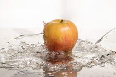 Apple στο νερό Στοκ Φωτογραφίες