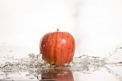 Apple στο νερό Στοκ φωτογραφία με δικαίωμα ελεύθερης χρήσης