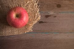 Apple στο ξύλινο πάτωμα Στοκ εικόνες με δικαίωμα ελεύθερης χρήσης