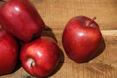 Apple στο ξύλινο υπόβαθρο, τα φρούτα ή τα υγιή φρούτα στο ξύλινο υπόβαθρο Στοκ φωτογραφία με δικαίωμα ελεύθερης χρήσης