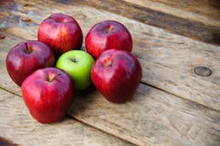 Apple στο ξύλινο υπόβαθρο, τα φρούτα ή τα υγιή φρούτα στο ξύλινο υπόβαθρο Στοκ εικόνες με δικαίωμα ελεύθερης χρήσης