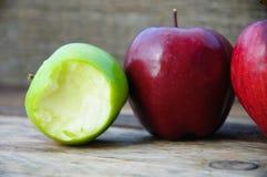 Apple στο ξύλινο υπόβαθρο, τα φρούτα ή τα υγιή φρούτα στο ξύλινο υπόβαθρο Στοκ Φωτογραφίες