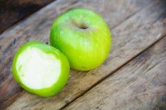 Apple στο ξύλινο υπόβαθρο, τα φρούτα ή τα υγιή φρούτα στο ξύλινο υπόβαθρο Στοκ Εικόνες