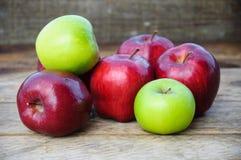 Apple στο ξύλινο υπόβαθρο, τα φρούτα ή τα υγιή φρούτα στο ξύλινο υπόβαθρο Στοκ εικόνα με δικαίωμα ελεύθερης χρήσης
