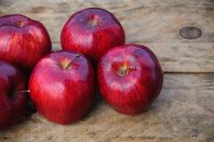 Apple στο ξύλινο υπόβαθρο, τα φρούτα ή τα υγιή φρούτα στο ξύλινο υπόβαθρο Στοκ Εικόνα