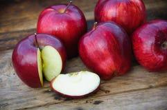 Apple στο ξύλινο υπόβαθρο, τα φρούτα ή τα υγιή φρούτα στο ξύλινο υπόβαθρο Στοκ Φωτογραφία