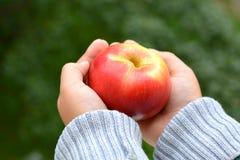 Apple στο παιδί χεριών Στοκ φωτογραφία με δικαίωμα ελεύθερης χρήσης