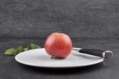 Apple στο πιάτο και το σχιστόλιθο Στοκ Φωτογραφίες
