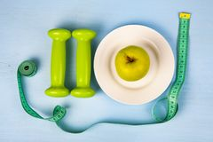 Apple στο πιάτο, τους αλτήρες και τη μέτρηση της ταινίας Στοκ φωτογραφία με δικαίωμα ελεύθερης χρήσης
