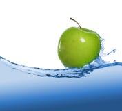 Apple στο ρεύμα χυμού Στοκ Φωτογραφία