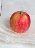 Apple στο ροζ σε χαρτί και το ξύλο Στοκ φωτογραφίες με δικαίωμα ελεύθερης χρήσης