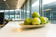 Apple στο σαλόνι ή την καφετέρια Στοκ Εικόνα