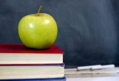 Apple στο σχολικό εγχειρίδιο Στοκ φωτογραφία με δικαίωμα ελεύθερης χρήσης