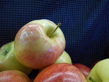 Apple στο σωρό στην υπεραγορά Στοκ Φωτογραφίες