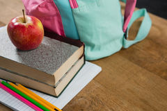 Apple στο σωρό των βιβλίων με τη σχολική τσάντα Στοκ Φωτογραφίες