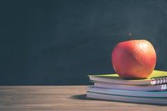 Apple στο σωρό των βιβλίων - πίσω στο σχολείο Στοκ Εικόνα