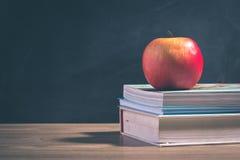 Apple στο σωρό των βιβλίων - πίσω στο σχολείο Στοκ Εικόνες