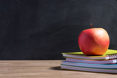 Apple στο σωρό των βιβλίων - πίσω στο σχολείο Στοκ φωτογραφία με δικαίωμα ελεύθερης χρήσης