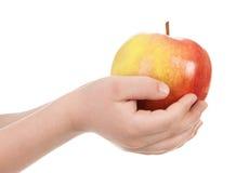 Apple στο χέρι παιδιών Στοκ φωτογραφία με δικαίωμα ελεύθερης χρήσης