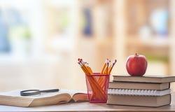 Apple, σωρός των βιβλίων και των μολυβιών Στοκ Εικόνα