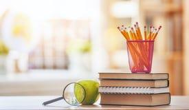Apple, σωρός των βιβλίων και των μολυβιών Στοκ Εικόνες