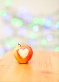 Apple υπό μορφή καρδιάς σε ένα ξύλινο υπόβαθρο Στοκ Εικόνες