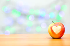 Apple υπό μορφή καρδιάς σε ένα ξύλινο υπόβαθρο Στοκ Φωτογραφίες
