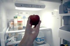 Apple, χέρι, ψυγείο Στοκ εικόνα με δικαίωμα ελεύθερης χρήσης