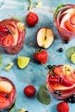 Apple, aardbei, bes en kalk onder cocktails stock afbeelding