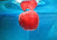 Apple in acqua Fotografie Stock Libere da Diritti