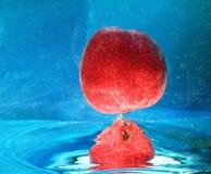 Apple in acqua Fotografie Stock